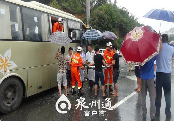 消防人员雨中救助伤者。(来源:泉州通)