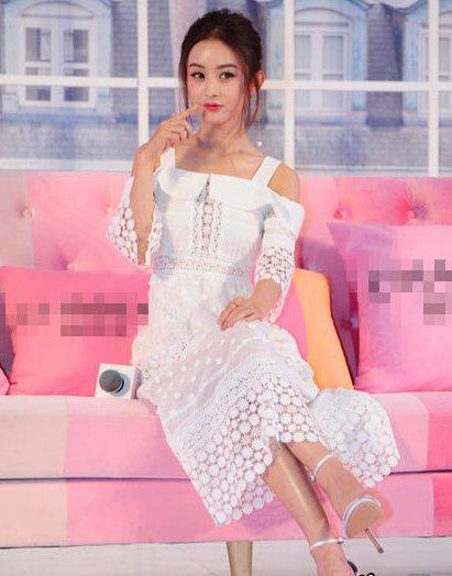 """穿着白裙子的赵丽颖上演""""碧瑶坐"""",依旧呆萌可爱!"""