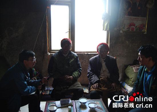 记者采访当佐村村支书和村委会主任