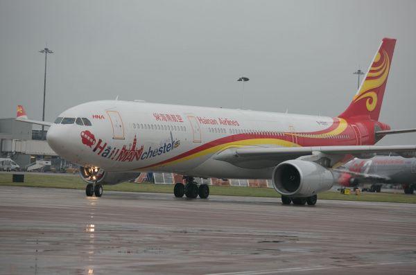 北京至曼彻斯特的直飞首航航班抵达英国曼彻斯特机场