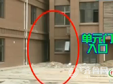"""济南祥泰城现""""奇葩""""单元门 不足1.2米藏身楼间缝隙"""