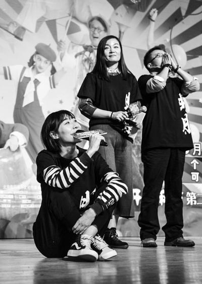 一)演唱歌曲《我要你》.京华时报记者 王苡萱 摄-驴得水 点映口碑高