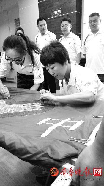 中国青年志愿者代表张文莉参与绣制的 旗帜 成功登入太空