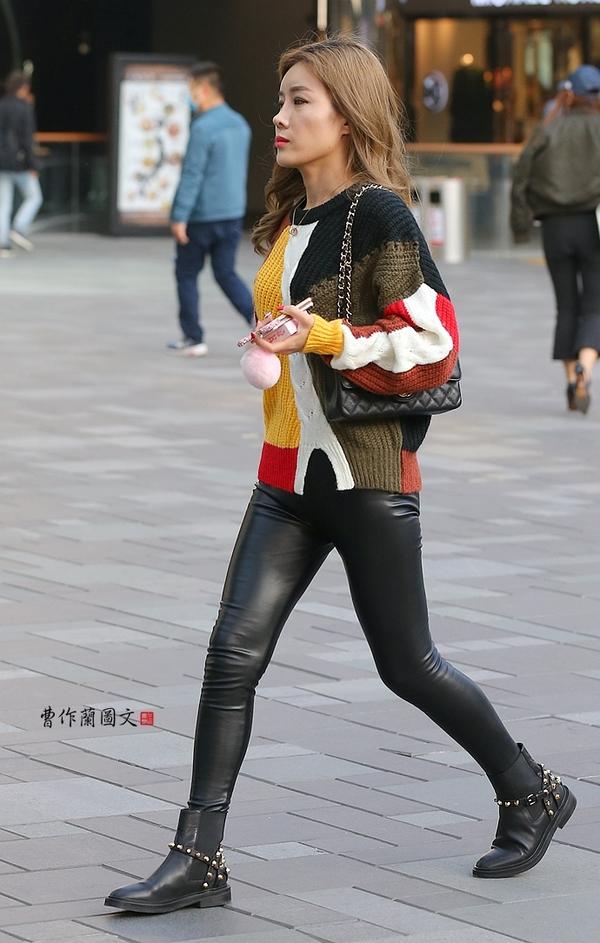 街拍 性感爆棚的皮裤美女图片
