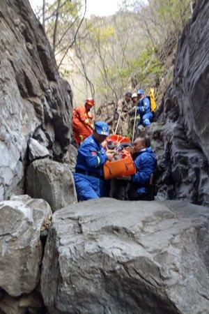 10月28日,救援人员将两名被困老人成功救出。消防供图