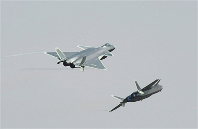 两架歼-20飞机编队飞行