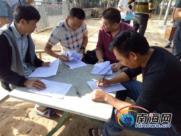 省交通厅驻村干部与村干部一起商讨产业扶贫政策。通讯员供图
