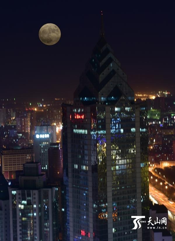 """快看,""""超级月亮""""现身乌鲁木齐_凤凰资讯"""