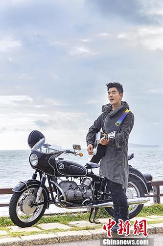 任贤齐推新单曲 海边骑摩托弹吉他