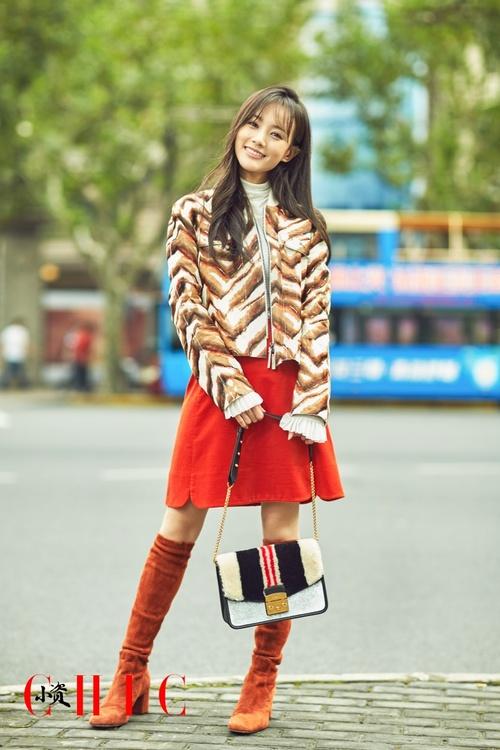 李一桐为杂志拍摄时尚街拍 看百变精灵的穿搭风尚