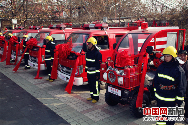 """6辆小型消防车集中亮相矿机社区,这标志着""""龙乡""""首个小型消防站成立。"""