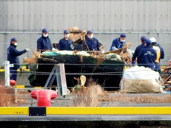 海上保安部的工作人员正在调查木船(网页截图)