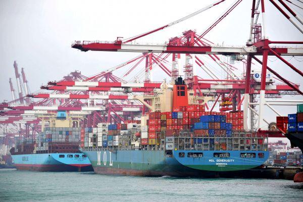 资料图:在山东青岛港外贸集装箱码头