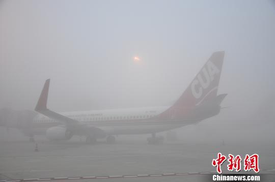 成都遭遇大雾天气 航班延误高速关闭