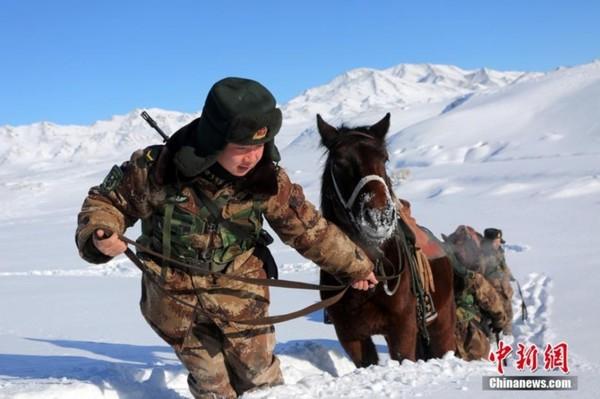 新疆阿勒泰军分区塔克什肯边防连巡逻官兵在极寒条件