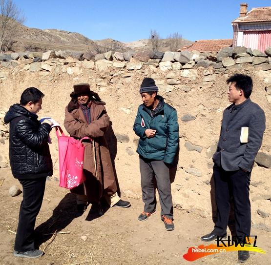 第一书记郝朝相和队员了解村民情况。驻村工作组供图
