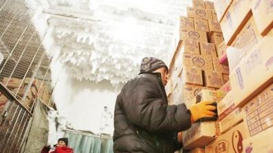 图说:无论春夏秋冬,冷库货物搬运都是人工穿上厚厚的防寒服进出冷库 网络配图