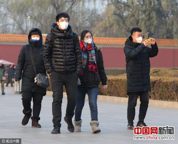 北京雕像戴口罩的照片