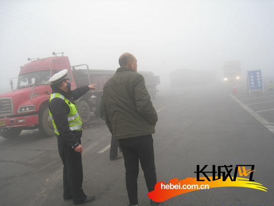 恶劣天气来袭 孟村交警雾霾中值守平安路