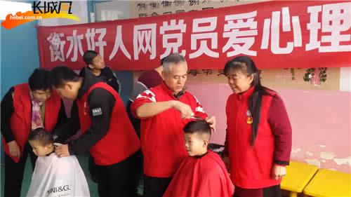 志愿者为残障儿童义务理发。史振平 供图