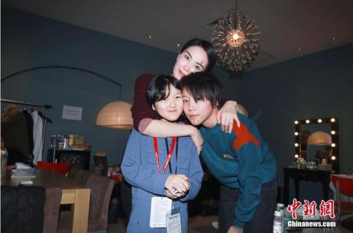 王菲与女儿李嫣,窦靖童一家三口在演出后台。 图片来源:视觉中国