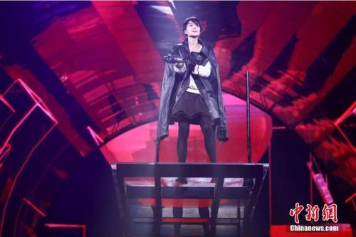 演出现场人满为患场面火爆,当四年没开唱的王菲立于高空中徐徐下降 ,现场粉丝都不禁心头一热,立刻沈醉在王菲所带来的的天籁般歌声之中。 图片来源:视觉中国