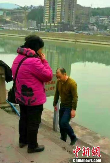 图中男子为刚刚从刺骨河水中救起落水儿童的黄有斌。剑阁县委宣传部