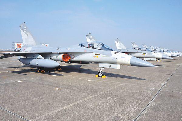 """台""""国防部""""11日称出动战机监控辽宁舰过台湾海峡。图为台IDF战机。"""