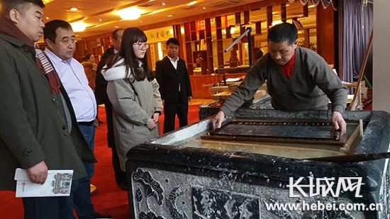 河北省非物质文化遗产传承人杨永安正在演示迁安造纸工艺。李瑛 摄