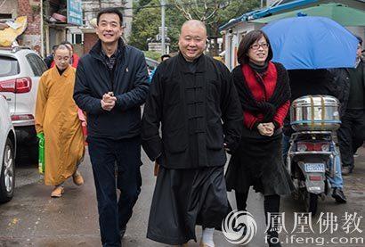 上海玉佛禅寺迎新春送温暖 觉醒大和尚向贫困家庭送上慰问金