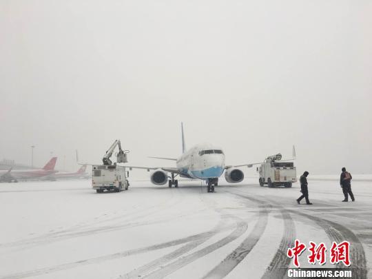 大连机场航班因降雪大面积延误 万余名乘客出行受阻