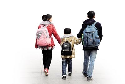 21日,重庆火车北站南广场,人群中一个手提两捆小树苗的壮实背影格外引