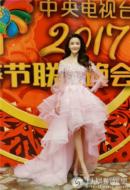 刘雨欣二登春晚 与李谷一经典重现《难忘今宵》