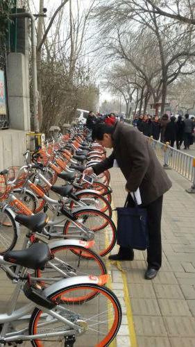 济南:绿色出行 政协委员挺共享单车