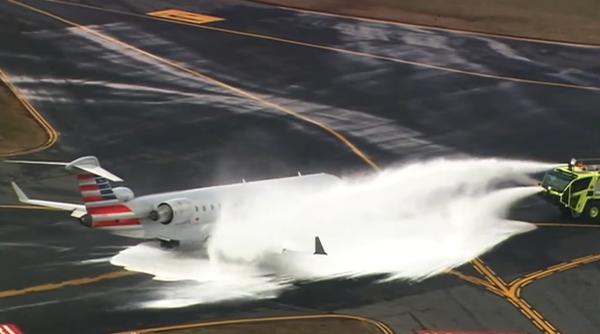 当地时间2017年2月15日,北卡罗来纳州夏洛特市道格拉斯国际机场,一架美国航空公司的飞机起飞时撞上一头鹿后便开始漏油,不得不紧急迫降,美国航空公司发布声明称,当时飞机上有44名乘客和4名机组成员,所有人员安全离开飞机。图片来源:视频截图 据外媒报道,一架美国航空公司的飞机15日在北卡罗来纳州夏洛特市道格拉斯国际机场起飞时撞上一头鹿,不得不紧急迫降。 当地媒体报道称,飞机撞上鹿之后便开始漏油,最终不得不紧急迫降。 美国航空公司确认了这一消息,发布声明称,当时飞机上有44名乘客和4名机组成员,所有人员安全