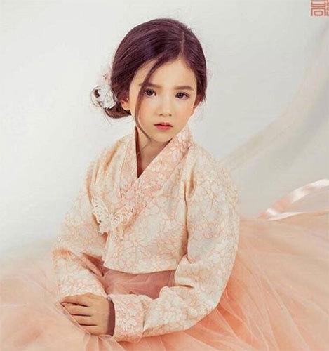 8岁混血小姑娘萌翻人