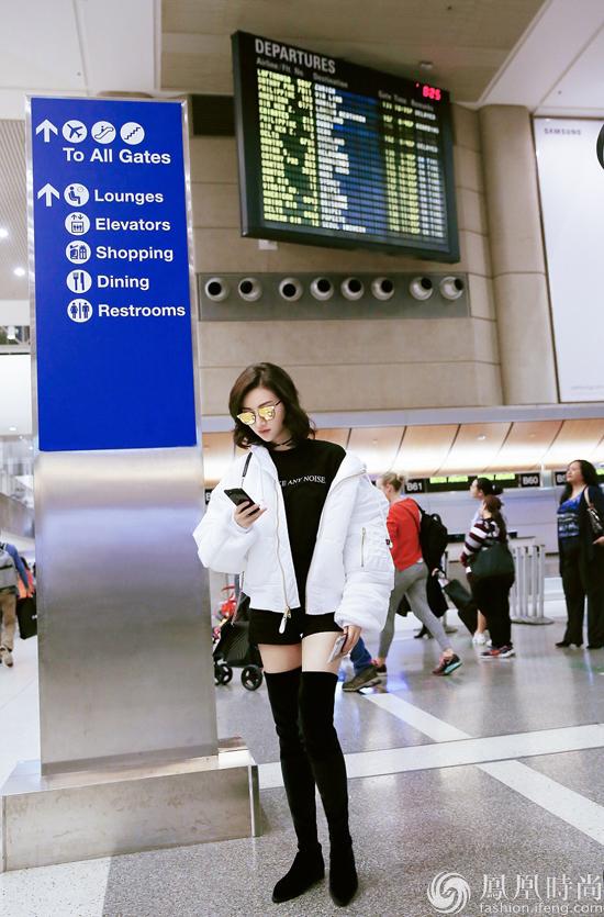 明星生活北京时间2月17日景甜现身洛杉矶机场身着纯白面包服搭配