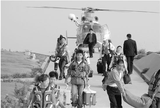 浙江省舟山市,乘直升飞机来到东极岛上的海钓客.