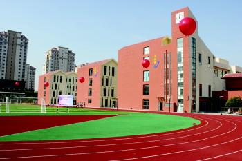 去年8月启用的崂山区午山小学.(图片由崂山教体局提供)
