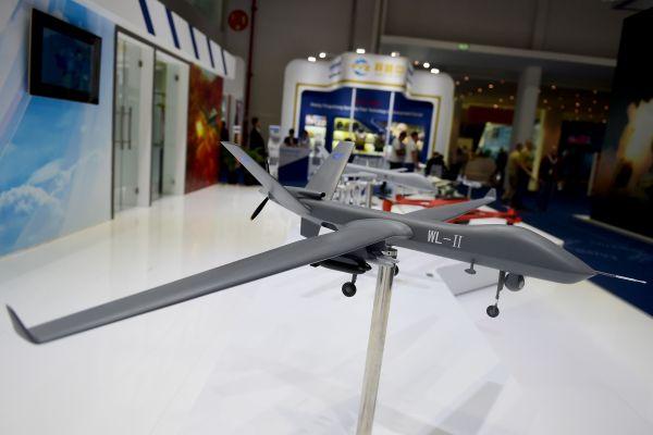 """资料图片: 2017年2月23日在阿联酋阿布扎比国际防务展""""中国防务""""展区拍摄的翼龙Ⅱ无人机模型。  新华社记者赵丁喆摄"""