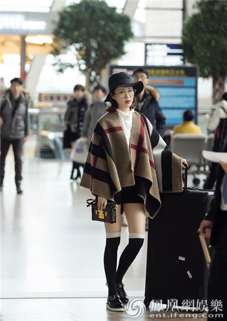 甘婷婷初春时尚装扮现身机场 美腿外露不惧春寒