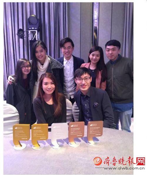 图: X Social Group 行政总裁林汉源先生(前右)、客户部副总经理黄伟健先生(中)与团队合影