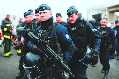18日,在法国首都巴黎的奥利机场,警察持枪警戒.