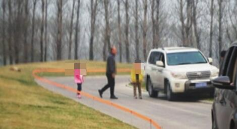 爆料者拍摄的游客下车现场(图片来源网络)