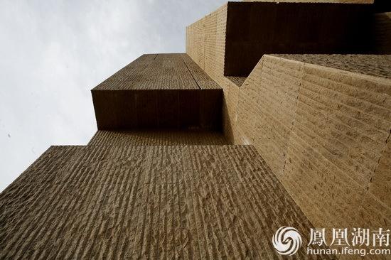 同时在广场设计上,强调了地景肌理的延续性