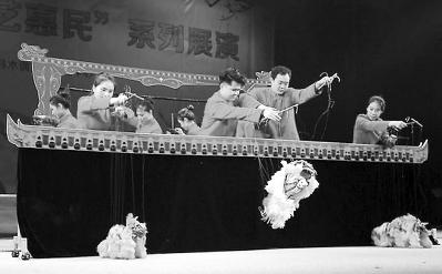图为连城提线木偶戏表演