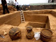 郑州东周古墓群发掘现场随葬品出土