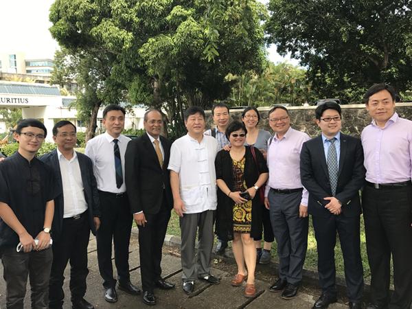4月18日,刘宏教授(右三)、王义桅教授(右一)、谭旭东院长(左三)、Kistamah院长(左四)等在毛里求斯大学校园内。