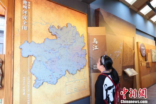 一名游客在博物馆内参观 贺俊怡 摄
