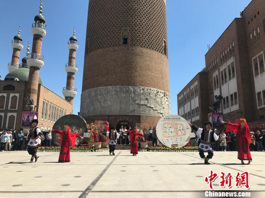 """""""快闪""""活动中的塔吉克族鹰舞表演。迪娜 摄"""